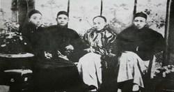 國父在香港唸書時,與陳少白、楊鶴齡、尢烈合影於西醫書院(國父為右三 ,陳少白為右二)